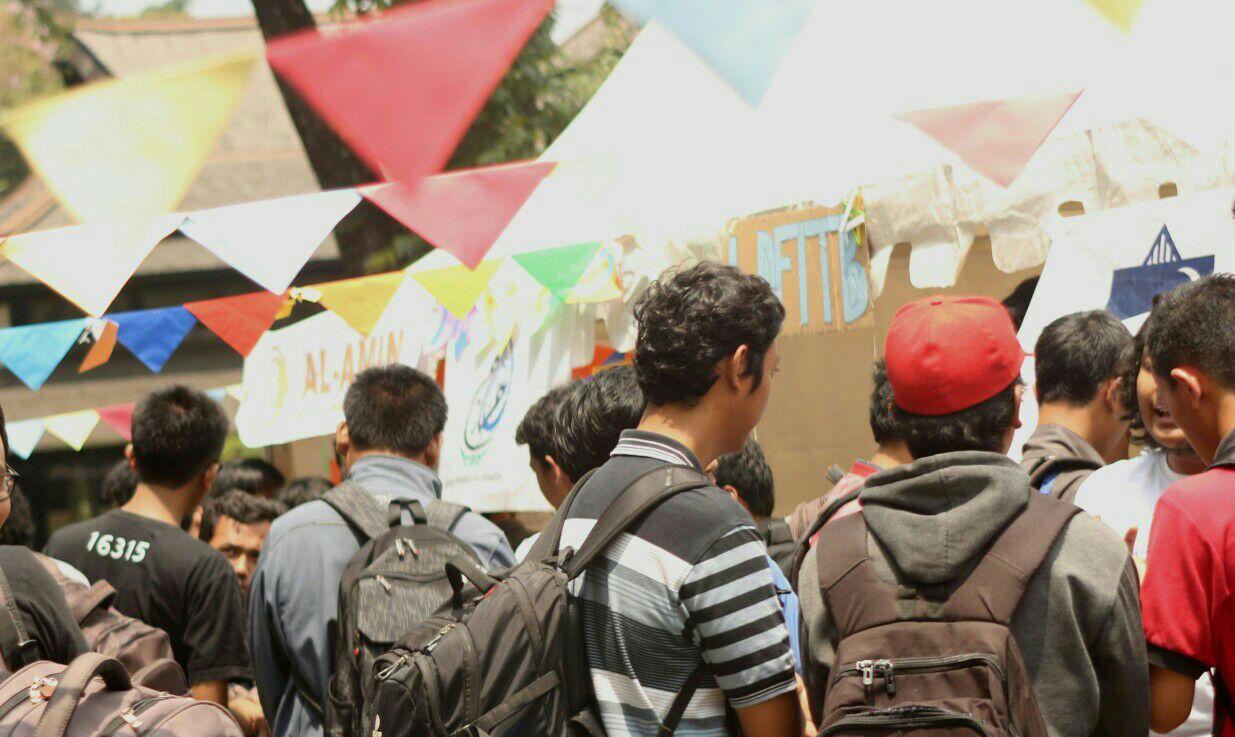 Mahasiswa ITB mengunjungi stan